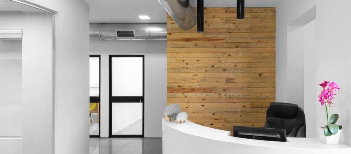 בטון מוחלק בפינת קבלה של משרד